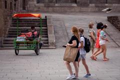 Un grupo de turistas se pasea ayer por el centro de Barcelona.