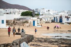 Turistas en la isla canaria de La Graciosa.