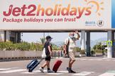 Dos turistas se dirigen a la terminal de salida del aeropuerto de Palma.
