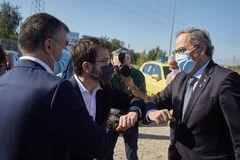 GRAFCAT367. Salt (GIRONA), 5/8/2020.- El presidente de la Generalitat, lt;HIT gt;Quim lt;/HIT gt; lt;HIT gt;Torra lt;/HIT gt; (d), saluda al vicepresidente del Govern, Pere Aragonés (i) durante su visita hoy a los terrenos donde se ubicará el nuevo Hospital Universitario Josep Trueta, entre los municipios de Salt y Girona.