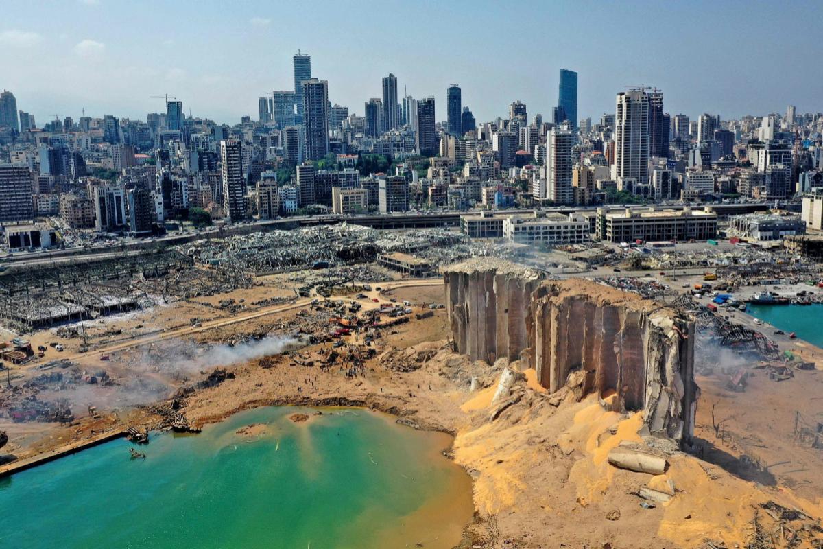 Una imagen aérea muestra el cráter de la explosión en el puerto de Beirut.