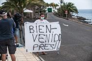 Un turista espera la llegada de Pedro Sánchez, este miércoles, en Lanzarote.