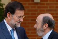 El ex presidente del Gobierno Mariano Rajoy (izqda.) y Alfredo Pérez Rubalcaba, en 2012.