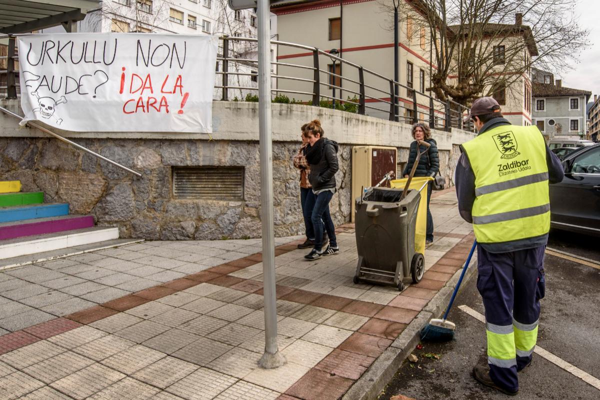 "Una pancarta en Zaldibar pidiendo a Urkullu que ""de la cara""."