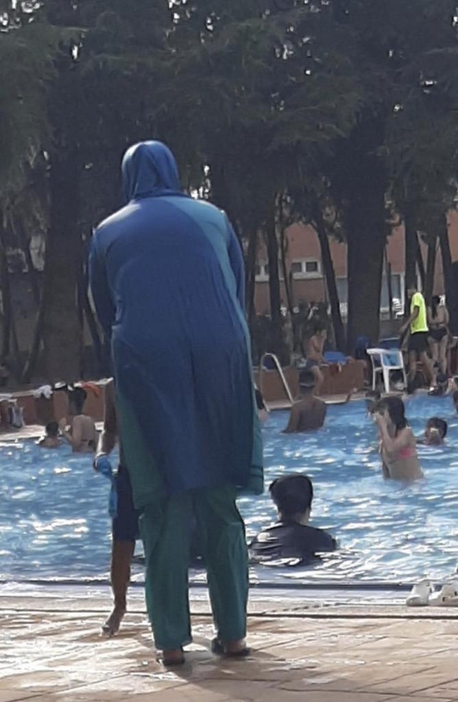 Mujeres con hiyab en la piscina.