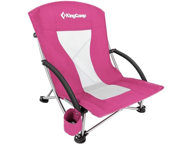 silla de playa junto al coche