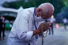 Un superviviente de la bomba atómica reza por las víctimas en el Parque Conmemorativo de la Paz de Hiroshima.