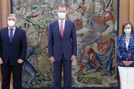 Felipe VI con el ministro de Exteriores de Uruguay, Francisco Bustillos, este jueves.
