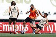 GRAF5860. lt;HIT gt;MADRID lt;/HIT gt;.- El delantero francés del lt;HIT gt;Real lt;/HIT gt; lt;HIT gt;Madrid lt;/HIT gt;, Karim Benzema (c) y el centrocampista Lucas Vázquez (d), durante el entrenamiento con el que la plantilla regresó al trabajo después de una semana de descanso tras la conquista de su Liga número 34 e iniciar la preparación del duelo contra el Manchester City de la Liga de Campeones. Realmadrid.com SOLO USO EDITORIAL/NO ARCHIVO/NO VENTAS