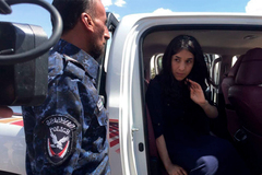 Nadia Murad visitó en 2017 escoltada las ruinas de su pueblo natal,  Kocho, en Irak.