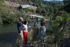 Las consejeras en funciones de Medio Ambiente y de Infraestructuras de Galicia, Ángeles Vázquez y Ethel Vázquez, visitan la orilla afectada.