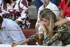 Ana Soria, asustada, recibe el consuelo de su amiga en el tendido.