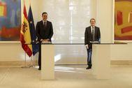 Pedro Sánchez y Abel Caballero, durante la firma del acuerdo entre el Gobierno y la FEMP.