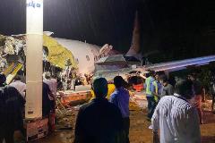 14 muertos y 15 heridos graves al salirse de la pista y partirse en dos un avión de Air India