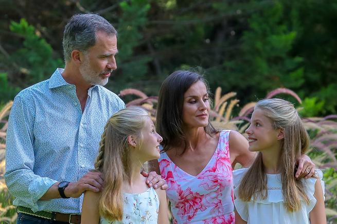 Los Reyes y sus hijas, la Princesa Leonor y la Infanta Sofía, el año pasado en Marivent, durante el posado familiar tradicional de cada año.