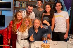 Llongueras rodeado de su mujer e hijos en un cumpleaños familiar. Adrià, el primogénito de su segunda familia es el joven con el polo blanco.