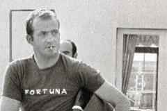 El Rey Juan Carlos, fumando, en Palma de Mallorca, en los años 70.