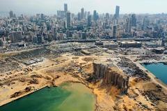 Vista aérea del cráter en el puerto de Beirut causado por la explosión.