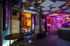 Interior del Súper Pop Bar en Malasaña vacío un sábado por la noche.