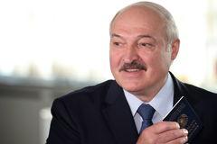 El presidente Alexander Lukashenko votando hoy, en Minsk.