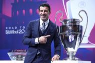Luis Figo posa con un trofeo de la Champions durante una gala en Suiza.