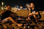 Gente divirtiéndose en la playa de la Barceloneta el domingo pasado.