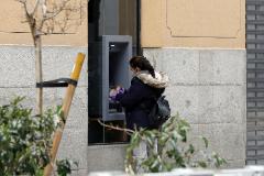 Una mujer retira dinero en un cajero en Madrid durante los meses de confinamiento.