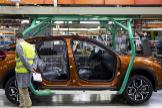Un trabajador revisa la fabricación de un vehículo en la fábrica de PSA en Villaverde