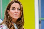 Kate Middleton con pendientes de aro cuadrangulares de la firma de joyas galesa 'Spells of love'