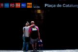 Turistas británicos entran en una estación de Renfe, en Barcelona.