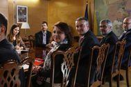 Juanma del Olmo, al fondo a la izquierda, en una reunión con representantes del Gobierno y del PSOE.