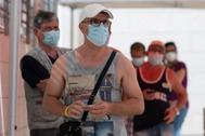 Vecinos de Santa Coloma de Gramanet, en la cola para hacerse las pruebas del coronavirus