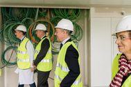 Urkullu acompañado por Juan de Diego y Nekane Murga en las instalaciones del HUA de Álava en Vitoria.