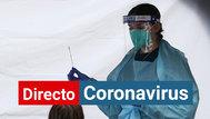 Una sanitaria realiza una prueba PCR a una paciente en Australia.