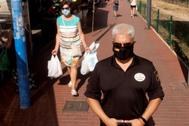 El mercadillo de Aranda Duero, localidad que permanece aislada por un brote reciente de coronavirus