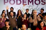Pablo Iglesias (izqda.) y Juan Carlos Monedero saludan en un acto de Podemos, en 2016.