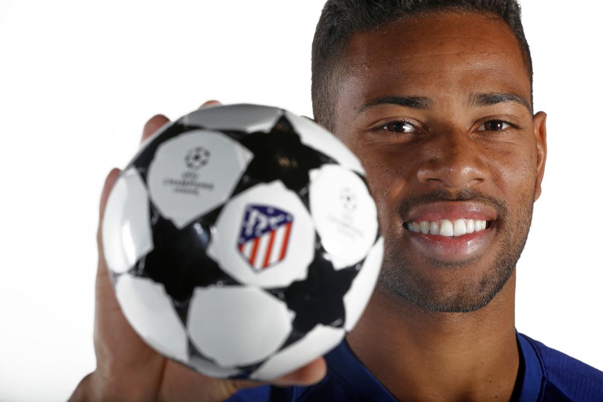 Renan Lodi posa con el balón de la Champions.