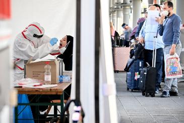 Una pasajera es sometida a un test de Covid-19 a su llegada al aeropuerto de Colonia/Bonn, en Alemania