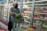 Una mujer examina los productos congelados en un supermercado de Pekín