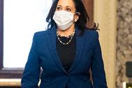 Kamala Harris, la mujer del traje de pantalón y el collar de perlas