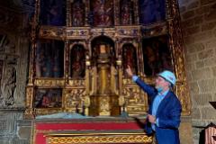 El alcalde de Plasencia, Fernando Pizarro, en la iglesia. CRÓNICA