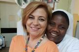 """Con la hermana Josephine, """"cuyos brazos fuertes salvan tantas vidas en los partos difíciles"""", en Saint Jean de Dieu, Thiés (Senegal), el verano de 2019."""