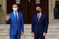 Felipe VI y Pedro Sánchez, antes de su reunión en el Palacio de Marivent.