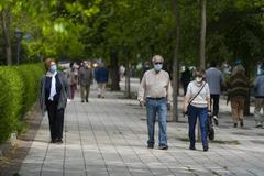 Varios ancianos pasean por Madrid, en una imagen de archivo.