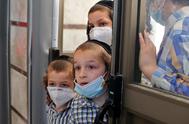 Niños ultraortodoxos con mascarilla, en  una escuela de la ciudad de Rechovot.