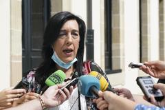 La parlamentaria de Vox, Amaia Fernández, a las puertas del Parlamento.