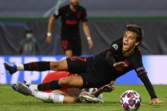 Joao Felix cae al césped, este jueves en Lisboa.