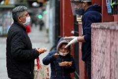 Un padre y su hija acuden a la iglesia de Caacupe, en Buenos Aires, por comida.