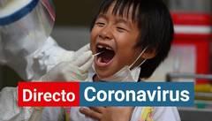 Un trabajador sanitario toma muestras para la prueba del coronavirus a un niño en Hanoi, Vietnam