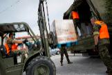 Efectivos de la Brigada Logística del Ejército de Tierra descargan suministros para el Banco de Alimentos.